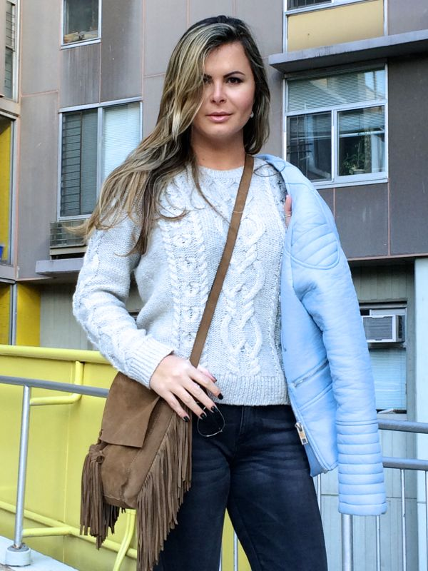 fringe bag street style, bohemian look in new york, casaco de tricot com jaqueta de couro no inverno , look pastel para inverno, pastel spring outfit with leather jacket